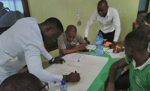Participants of the workshop on quality management work together on a presentation. Photo: Engagement Global