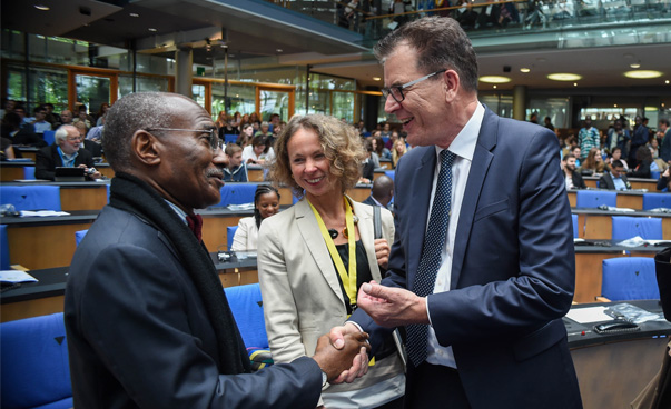 Dr Martial De-Paul Ikounga, Commissioner at the African Union und Dr Gerd Müller, Minister of the German Ministry for Economic Development and Cooperation, shaking hands at the AGYI launch.